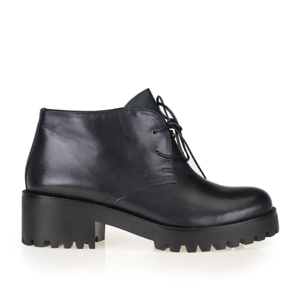 Ботинки из кожи черного цвета на тракторной подошве