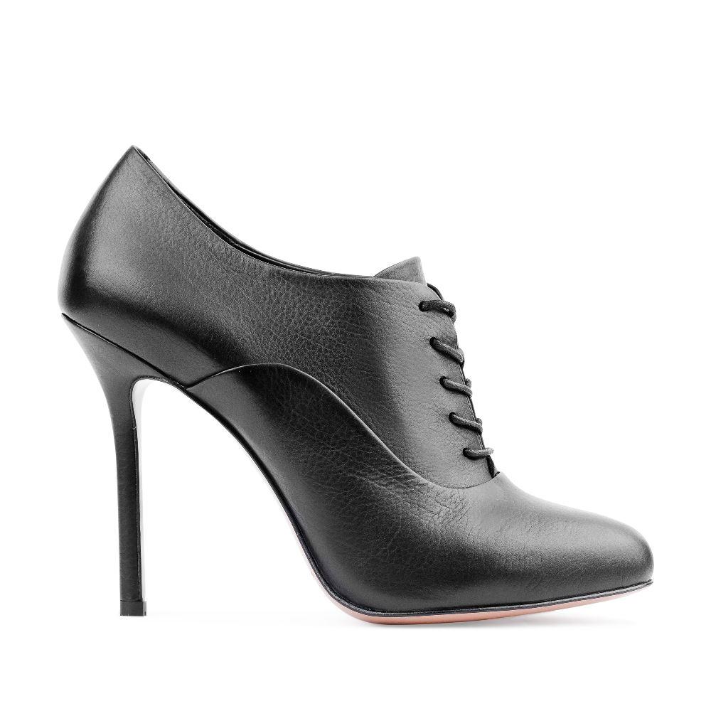 Кожаные ботильоны на высоком каблуке черного цветаБотинки женские<br><br>Материал верха: Кожа<br>Материал подкладки: Кожа<br>Материал подошвы: Кожа<br>Цвет: Черный<br>Высота каблука: 10 см<br>Дизайн: Италия<br>Страна производства: Китай<br><br>Высота каблука: 10 см<br>Материал верха: Кожа<br>Материал подошвы: Кожа<br>Материал подкладки: Кожа<br>Цвет: Черный<br>Вес кг: 0.48000000<br>Выберите размер обуви: 37.5