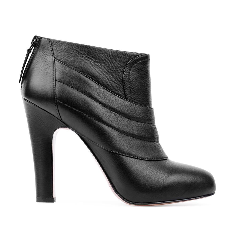 Ботильоны из кожи черного цвета с геометричным узором на устойчивом каблукеБотинки женские<br><br>Материал верха: Кожа<br>Материал подкладки: Текстиль<br>Материал подошвы: Кожа<br>Цвет: Черный<br>Высота каблука: 10 см<br>Дизайн: Италия<br>Страна производства: Китай<br><br>Высота каблука: 10 см<br>Материал верха: Кожа<br>Материал подошвы: Кожа<br>Материал подкладки: Текстиль<br>Цвет: Черный<br>Вес кг: 0.67000000<br>Размер обуви: 39