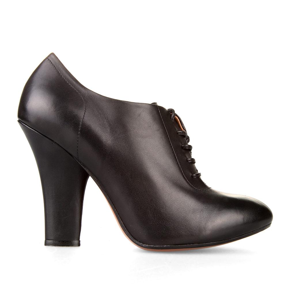 Ботильоны из кожи на высоком широком каблуке черного цветаБотинки женские<br><br>Материал верха: Кожа<br>Материал подкладки: Кожа<br>Материал подошвы: Кожа<br>Цвет: Черный<br>Высота каблука: 10 см<br>Дизайн: Италия<br>Страна производства: Китай<br><br>Высота каблука: 10 см<br>Материал верха: Кожа<br>Материал подкладки: Кожа<br>Цвет: Черный<br>Пол: Женский<br>Вес кг: 1.06000000<br>Выберите размер обуви: 39