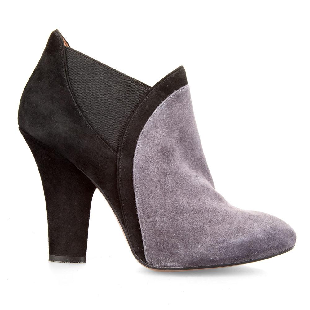 Замшевые ботильоны комбинированных цветов на среднем каблукеБотинки женские<br><br>Материал верха: Замша<br>Материал подкладки: Кожа<br>Материал подошвы: Кожа<br>Цвет: Черный<br>Высота каблука: 9см<br>Дизайн: Италия<br>Страна производства: Китай<br><br>Высота каблука: 9 см<br>Материал верха: Замша<br>Материал подкладки: Кожа<br>Цвет: Черный<br>Пол: Женский<br>Вес кг: 1.20000000<br>Размер обуви: 39***