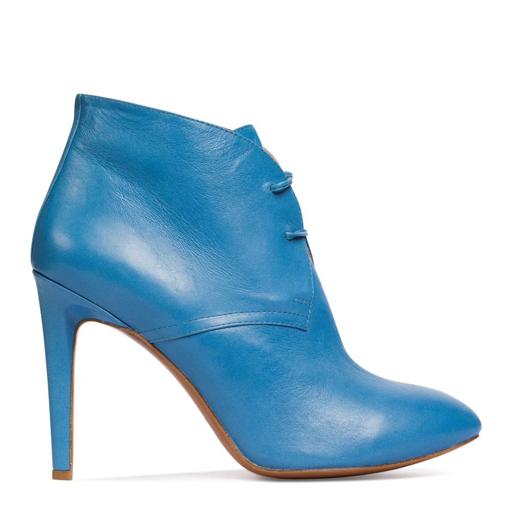 Ботильоны из кожи лазурного цвета на каблукеБотинки женские<br><br>Материал верха: Кожа<br>Материал подкладки: Кожа<br>Материал подошвы: Кожа<br>Цвет: Голубой<br>Высота каблука: 10 см<br>Дизайн: Италия<br>Страна производства: Китай<br><br>Высота каблука: 10 см<br>Материал верха: Кожа<br>Материал подкладки: Кожа<br>Цвет: Голубой<br>Пол: Женский<br>Вес кг: 1.00000000<br>Выберите размер обуви: 38