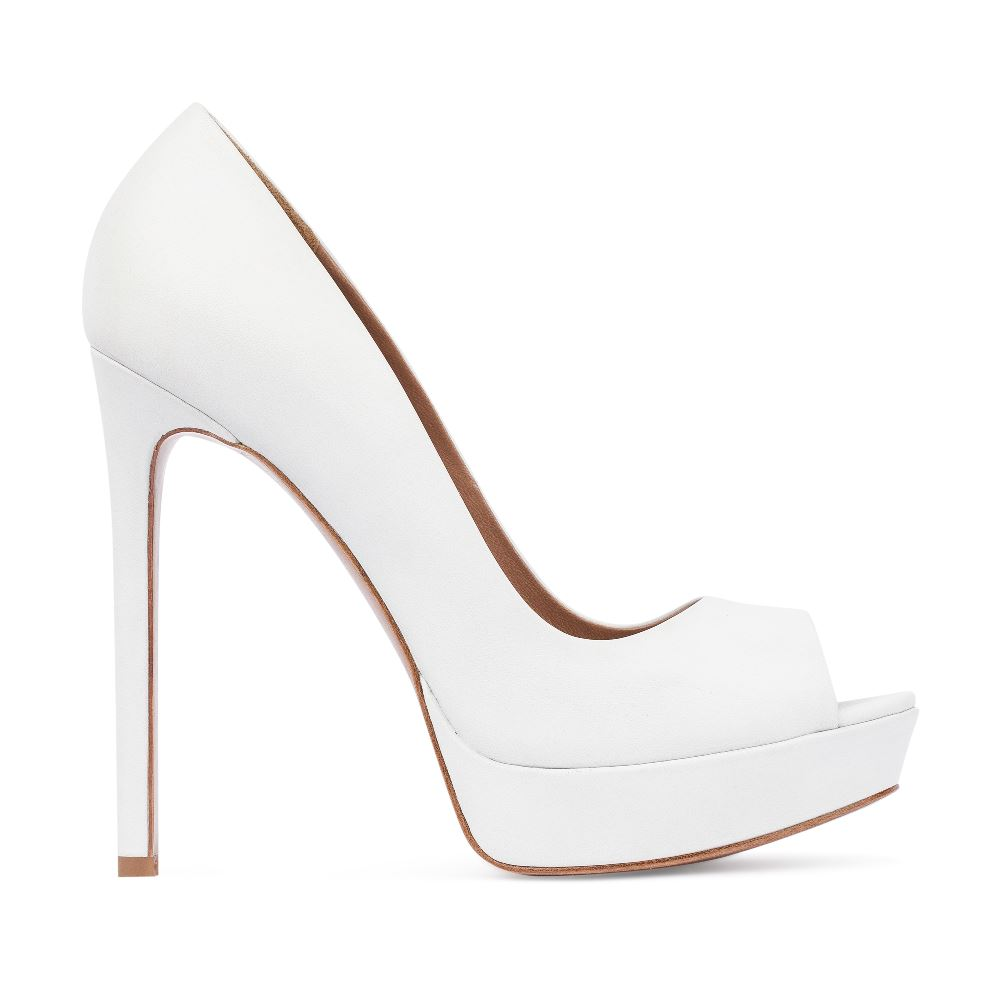 Туфли из кожи белого цвета на высоком каблуке