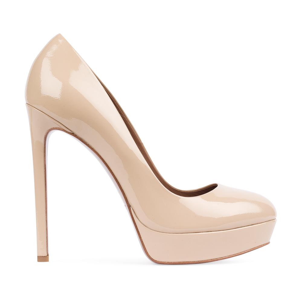 Туфли из лакированной кожи бежевого цвета на высоком каблуке