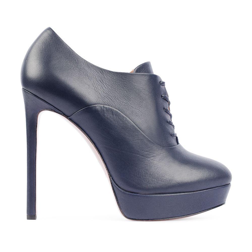 Ботильоны из кожи синего цвета на шнуровкеБотильоны<br><br>Материал верха: Кожа<br>Материал подкладки: Кожа<br>Материал поошвы: Кожа<br>Цвет: Синий<br>Высота каблука: 13 см<br>Дизайн: Италия<br>Страна производства: Китай<br><br>Высота каблука: 13 см<br>Материал верха: Кожа<br>Материал подкладки: Кожа<br>Цвет: Синий<br>Пол: Женский<br>Вес кг: 600.00000000<br>Выберите размер обуви: 35