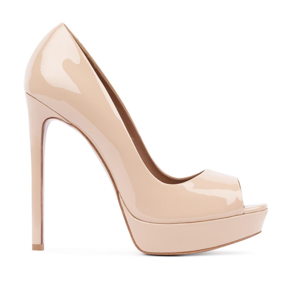 Туфли из лакированной кожи бежевого цвета с открытым мыском