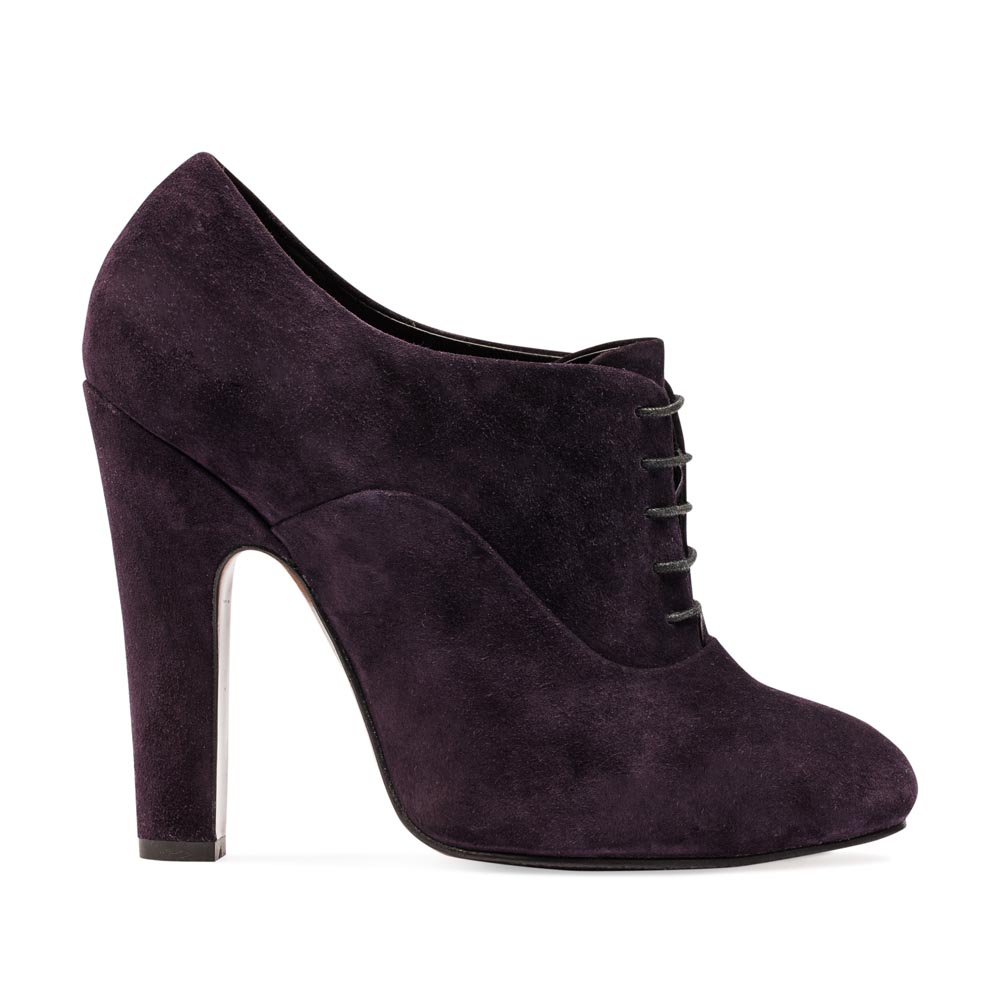 Замшевые ботильоны аметистового цвета со шнуровкой на устойчивом каблукеБотинки женские<br><br>Материал верха: Замша<br>Материал подкладки: Кожа<br>Материал подошвы: Кожа + Резина<br>Цвет: Фиолетовый<br>Высота каблука: 13см<br>Дизайн: Италия<br>Страна производства: Китай<br><br>Высота каблука: 13 см<br>Материал верха: Замша<br>Материал подкладки: Кожа<br>Цвет: Фиолетовый<br>Пол: Женский<br>Вес кг: 1.24000000<br>Размер обуви: 36.5