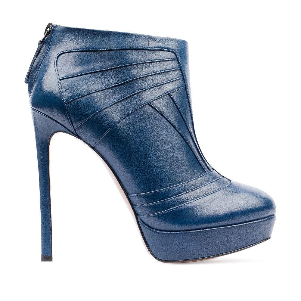 Кожаные ботильоны кобальтового цвета с геометричным узоромБотинки женские<br><br>Материал верха: Кожа<br>Материал подкладки: Кожа<br>Материал подошвы: Кожа<br>Цвет: Синий<br>Высота каблука: 12 см<br>Дизайн: Италия<br>Страна производства: Китай<br><br>Высота каблука: 12 см<br>Материал верха: Кожа<br>Материал подошвы: Кожа<br>Материал подкладки: Кожа<br>Цвет: Синий<br>Вес кг: 0.63000000<br>Размер: 38
