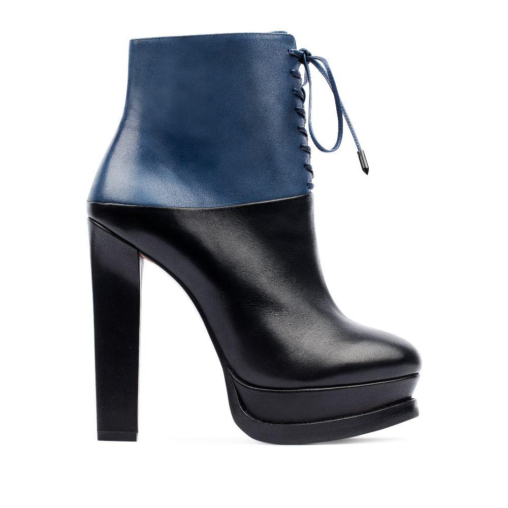 Ботильоны из кожи черного и кобальтового цветов на шнуровкеБотинки женские<br><br>Материал верха: Кожа<br>Материал подкладки: Кожа<br>Материал подошвы: Кожа<br>Цвет: Черный<br>Высота каблука: 13 см<br>Дизайн: Италия<br>Страна производства: Китай<br><br>Высота каблука: 13 см<br>Материал верха: Кожа<br>Материал подошвы: Кожа<br>Материал подкладки: Кожа<br>Цвет: Черный<br>Вес кг: 0.92000000<br>Размер обуви: 39