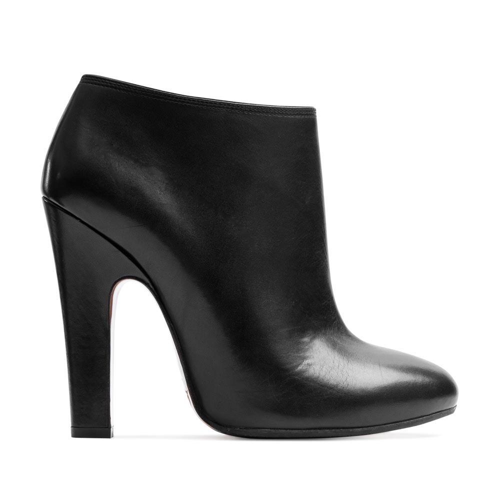Кожаные ботильоны черного цвета на устойчивом каблукеБотинки женские<br><br>Материал верха: Кожа<br>Материал подкладки: Кожа<br>Материал подошвы: Кожа + Резина<br>Цвет: Черный<br>Высота каблука: 11 см<br>Дизайн: Италия<br>Страна производства: Китай<br><br>Высота каблука: 11 см<br>Материал верха: Кожа<br>Материал подкладки: Кожа<br>Цвет: Черный<br>Пол: Женский<br>Вес кг: 1.38000000<br>Размер: 36