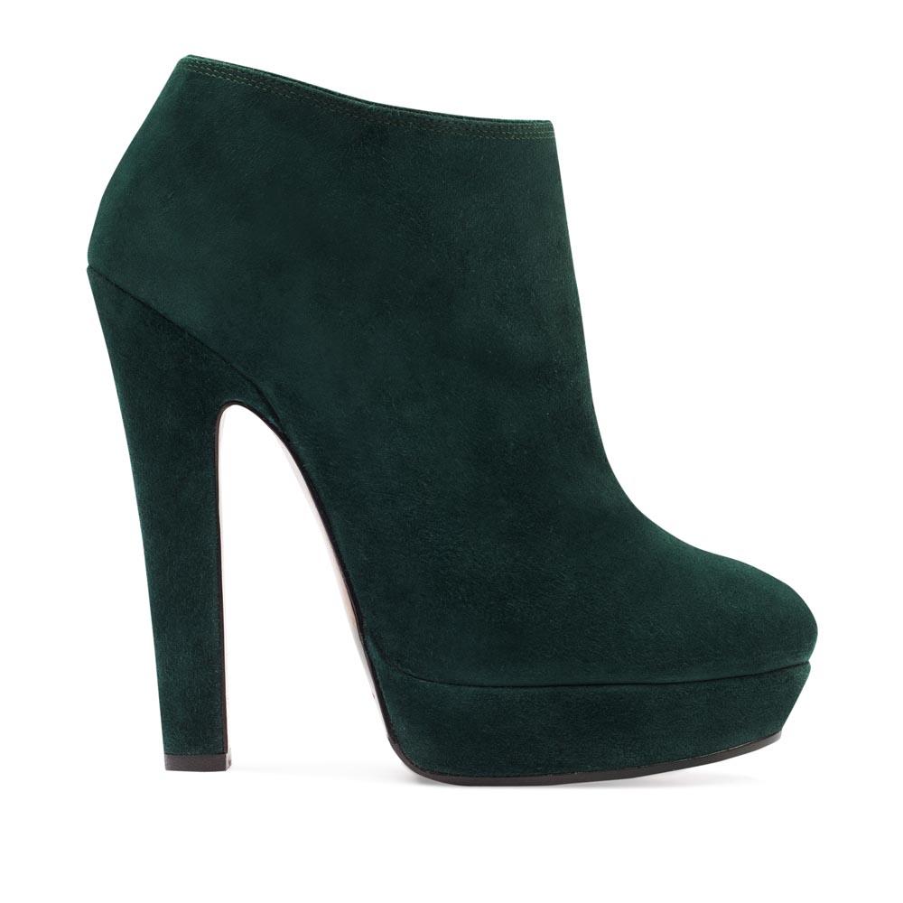 Замшевые ботильоны изумрудного цвета на высоком каблукеБотинки женские<br><br>Материал верха: Замша<br>Материал подкладки: Кожа<br>Материал подошвы: Кожа<br>Цвет: Зеленый<br>Высота каблука: 13 см<br>Дизайн: Италия<br>Страна производства: Китай<br><br>Высота каблука: 13 см<br>Материал верха: Замша<br>Материал подкладки: Кожа<br>Цвет: Зеленый<br>Пол: Женский<br>Вес кг: 1.25200000<br>Выберите размер обуви: 39*