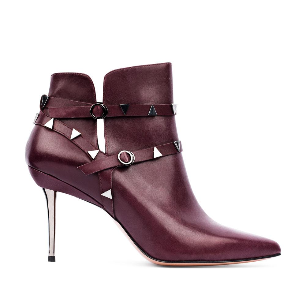 Ботильоны из кожи цвета бургунди с заклепками на металлическом каблукеБотинки женские<br><br>Материал верха: Кожа<br>Материал подкладки: Кожа<br>Материал подошвы: Кожа<br>Цвет: Бордовый<br>Высота каблука: 8 см<br>Дизайн: Италия<br>Страна производства: Китай<br><br>Высота каблука: 8 см<br>Материал верха: Кожа<br>Материал подошвы: Кожа<br>Материал подкладки: Кожа<br>Цвет: Бордовый<br>Вес кг: 0.64000000<br>Размер обуви: 38.5