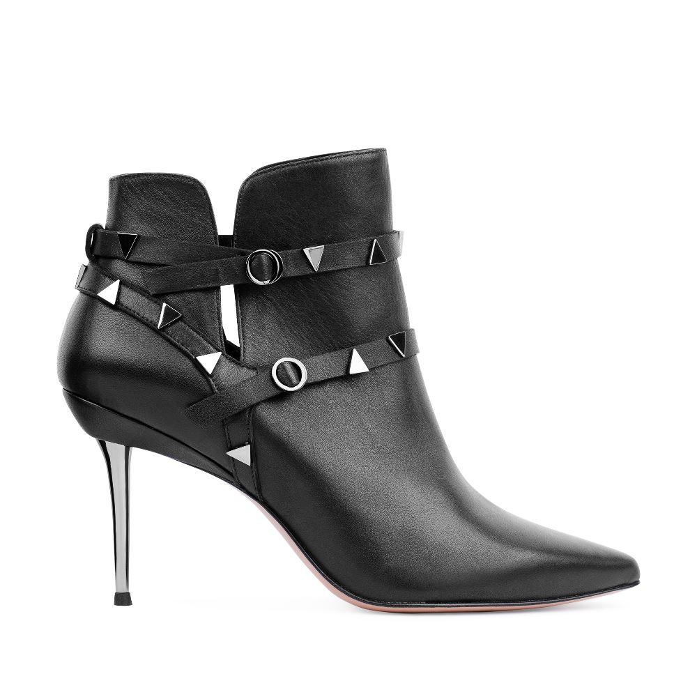 Ботильоны из кожи черного цвета с заклепками на металлическом каблукеБотинки женские<br><br>Материал верха: Кожа<br>Материал подкладки: Кожа<br>Материал подошвы: Кожа<br>Цвет: Черный<br>Высота каблука: 8 см<br>Дизайн: Италия<br>Страна производства: Китай<br><br>Высота каблука: 8 см<br>Материал верха: Кожа<br>Материал подошвы: Кожа<br>Материал подкладки: Кожа<br>Цвет: Черный<br>Вес кг: 0.64000000<br>Выберите размер обуви: 38