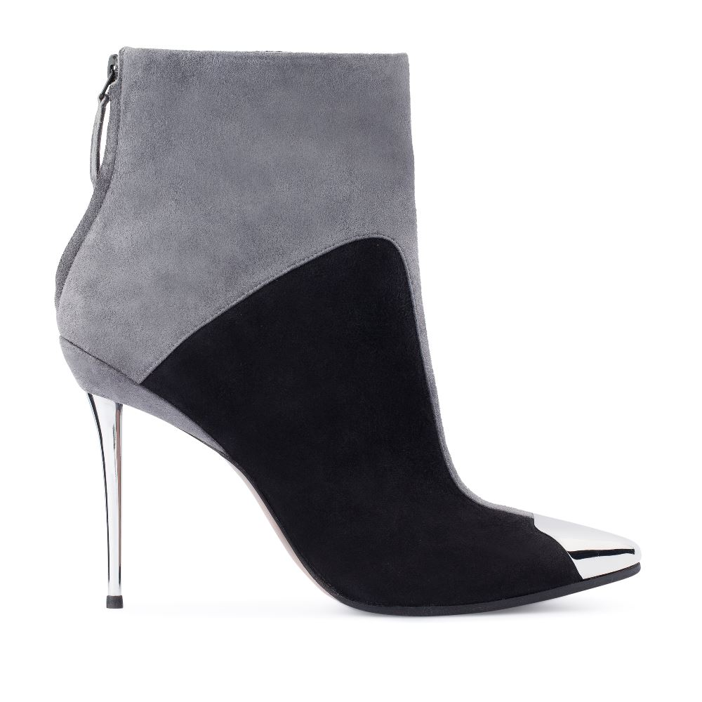Ботильоны из замши серого и черного цветов на металлическом каблукеБотильоны<br><br>Материал верха: Замша<br>Материал подкладки: Текстиль<br>Материал подошвы: Кожа<br>Цвет: Серый<br>Высота каблука: 11 см<br>Дизайн: Италия<br>Страна производства: Китай<br><br>Высота каблука: 11 см<br>Материал верха: Замша<br>Материал подкладки: Текстиль<br>Цвет: Серый<br>Пол: Женский<br>Вес кг: 720.00000000<br>Размер: 39**