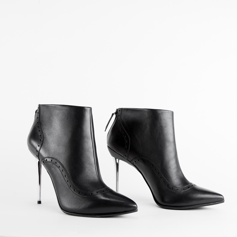 Ботильоны на каблуке CorsoComo (Корсо Комо) Ботильоны из кожи черного цвета с перфорацией на металлическом каблуке