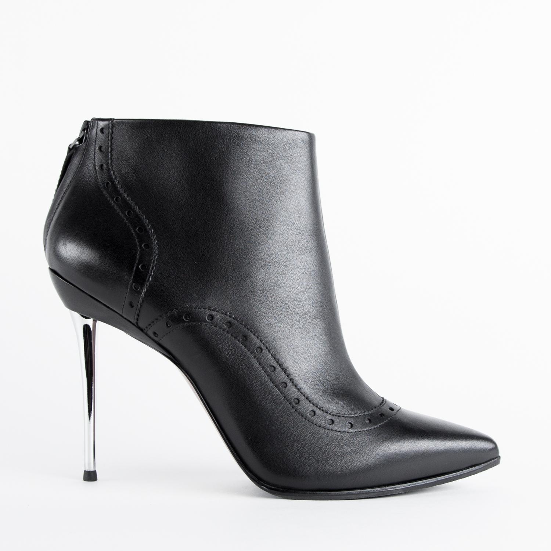 Ботильоны из кожи черного цвета с перфорацией на металлическом каблукеБотильоны<br><br>Материал верха: Кожа<br>Материал подкладки: Кожа<br>Материал подошвы: Кожа<br>Цвет: Черный<br>Высота каблука: 9 см<br>Дизайн: Италия<br>Страна производства: Китай<br><br>Высота каблука: 9 см<br>Материал верха: Кожа<br>Материал подкладки: Кожа<br>Цвет: Черный<br>Пол: Женский<br>Вес кг: 620.00000000<br>Выберите размер обуви: 36.5