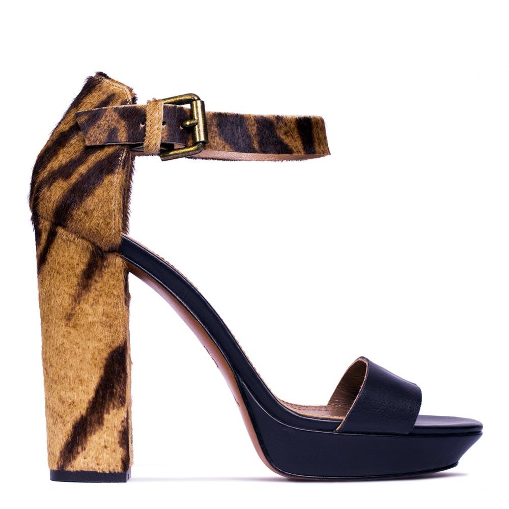 Кожаные босоножки черного цвета, декорированные мехом пониТуфли женские<br><br>Материал верха: Кожа<br>Материал подкладки: Кожа<br>Материал подошвы: Кожа<br>Цвет: Черный<br>Высота каблука: 12см<br>Дизайн: Италия<br>Страна производства: Китай<br><br>Высота каблука: 12 см<br>Материал верха: Кожа<br>Материал подкладки: Кожа<br>Цвет: Черный<br>Пол: Женский<br>Вес кг: 1.00000000<br>Выберите размер обуви: 39