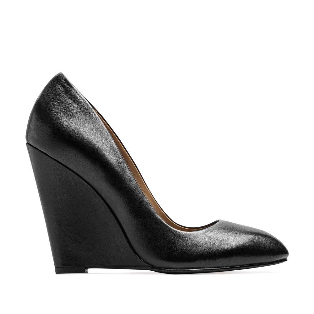 Туфли из кожи черного цвета на танкетке