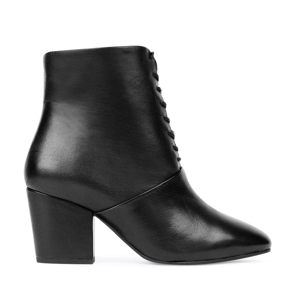Кожаные ботинки на устойчивом каблукеБотильоныженские<br><br>Материал верха: Кожа<br>Материал подкладки: Мех<br>Материал подошвы: Кожа<br>Цвет: Черный<br>Высота каблука: 6 см<br>Дизайн: Италия<br>Страна производства: Китай<br><br>Высота каблука: 6 см<br>Материал верха: Кожа<br>Материал подошвы: Кожа<br>Материал подкладки: Мех<br>Цвет: Черный<br>Вес кг: 1.00000000<br>Размер: 38