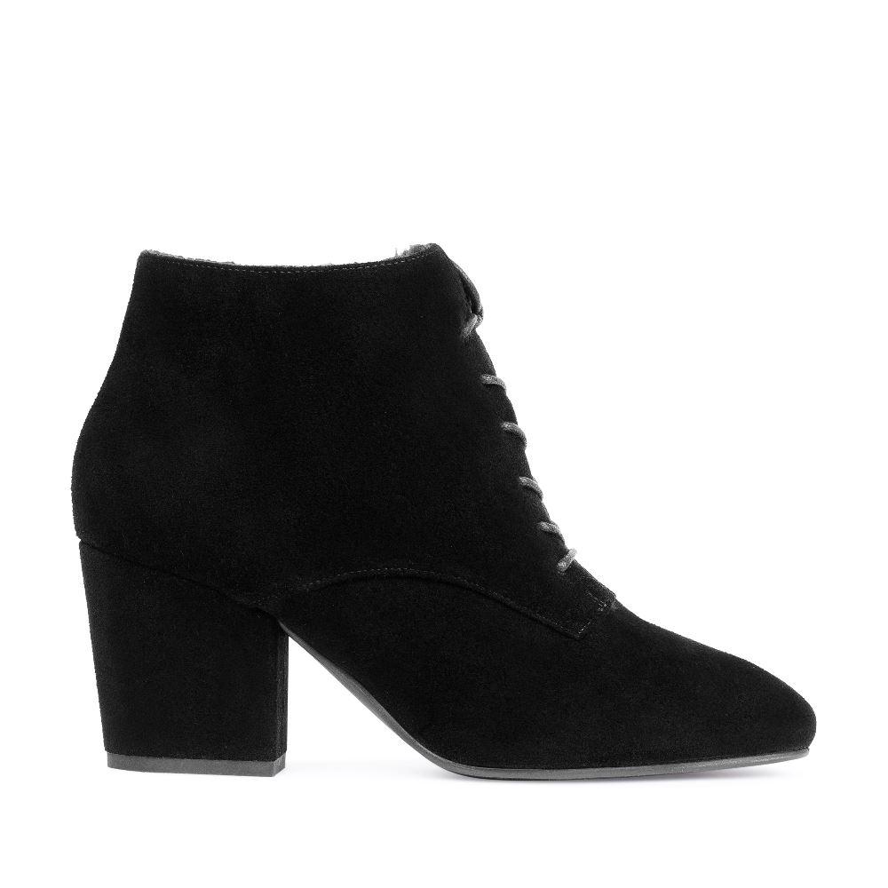 Замшевые ботинки на устойчивом каблукеБотильоныженские<br><br>Материал верха: Замша<br>Материал подкладки: Мех<br>Материал подошвы: Резина<br>Цвет: Черный<br>Высота каблука: 6 см<br>Дизайн: Италия<br>Страна производства: Китай<br><br>Высота каблука: 6 см<br>Материал верха: Замша<br>Материал подкладки: Мех<br>Цвет: Черный<br>Вес кг: 1.00000000<br>Выберите размер обуви: 35.5