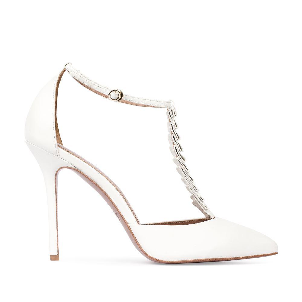 Туфли из кожи белого цвета с декоративными оборками