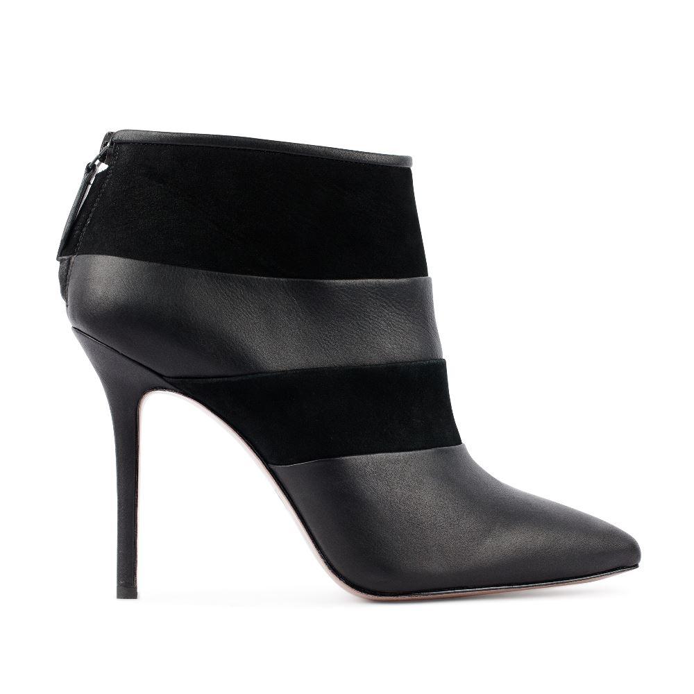 Ботильоны черного цвета из кожи и замшиБотильоны<br><br>Материал верха: Кожа<br>Материал подкладки: Кожа<br>Материал подошвы: Кожа<br>Цвет: Черный<br>Высота каблука: 11 см<br>Дизайн: Италия<br>Страна производства: Китай<br><br>Высота каблука: 11 см<br>Материал верха: Кожа<br>Материал подкладки: Кожа<br>Цвет: Черный<br>Пол: Женский<br>Вес кг: 520.00000000<br>Выберите размер обуви: 35