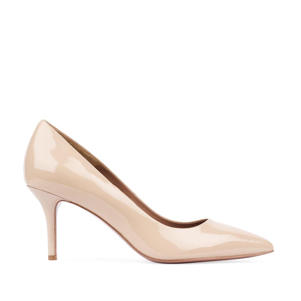 Туфли-лодочки из лакированной кожи бежевого цвета на среднем каблуке