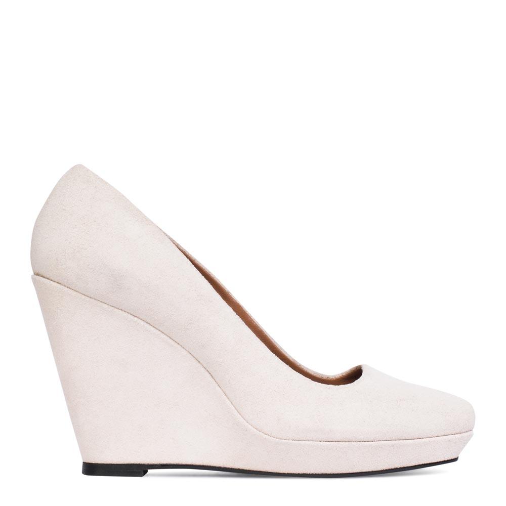 Туфли из замши на танкетке белого цвета
