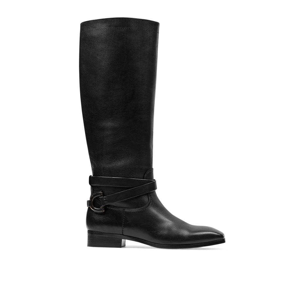 Кожаные сапоги черного цвета на низком каблуке с декоративным ремешком