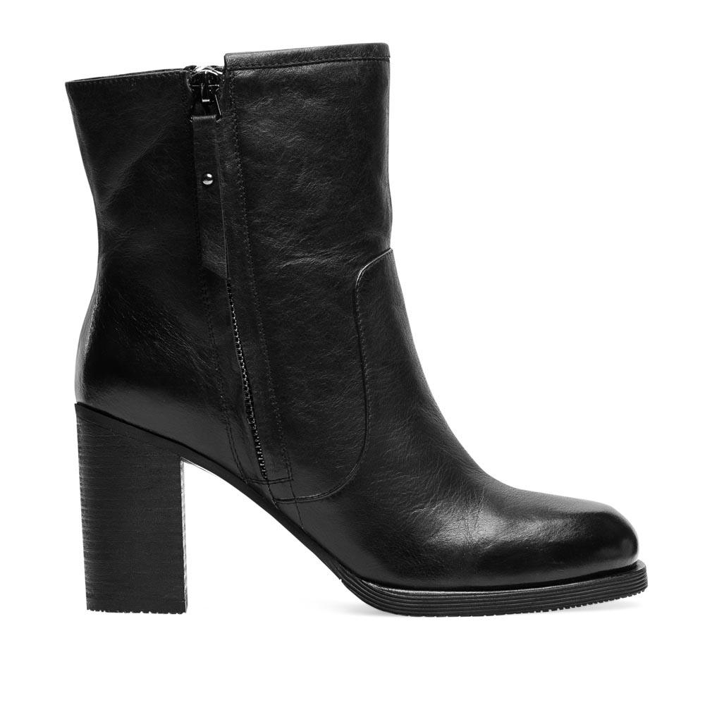 Кожаные полусапоги черного цвета с молнией на среднем каблукеПолусапоги женские<br><br>Материал верха: Кожа<br>Материал подкладки: Мех<br>Материал подошвы: Полиуретан<br>Цвет: Черный<br>Высота каблука: 8 см<br>Дизайн: Италия<br>Страна производства: Китай<br><br>Высота каблука: 8 см<br>Материал верха: Кожа<br>Материал подкладки: Мех<br>Цвет: Черный<br>Пол: Женский<br>Вес кг: 1.88000000<br>Размер обуви: 35