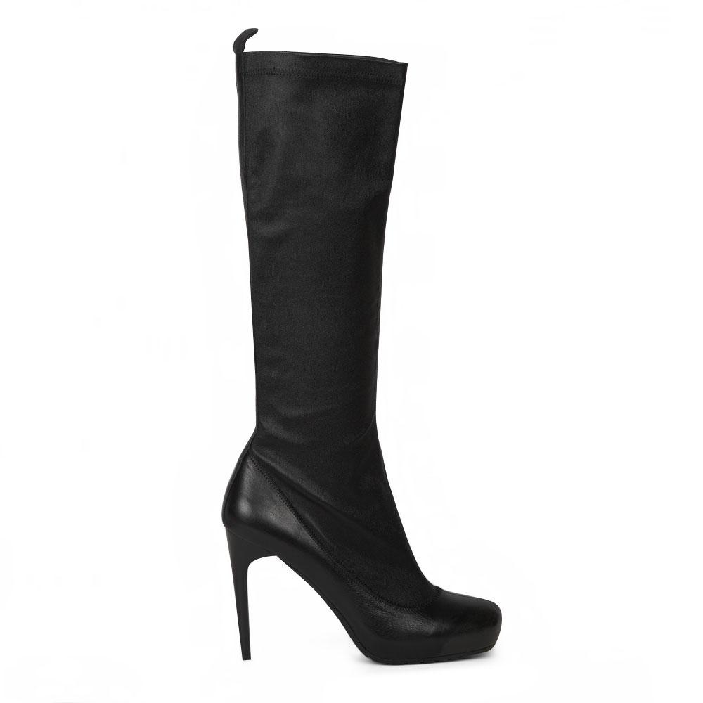 Сапоги черного цвета из мягкой эластичной кожи на высоком каблуке