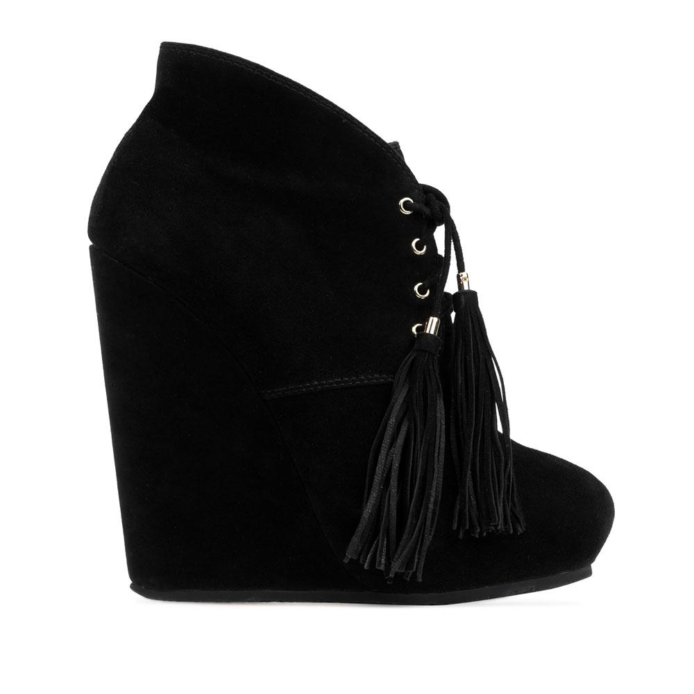 Замшевые ботильоны черного цвета на шнуровке с кисточкамиБотинки женские<br><br>Материал верха: Замша<br>Материал подкладки: Кожа<br>Материал подошвы: Резина<br>Цвет: Черный<br>Высота каблука: 14 см<br>Дизайн: Италия<br>Страна производства: Китай<br><br>Высота каблука: 14 см<br>Материал верха: Замша<br>Материал подошвы: Резина<br>Материал подкладки: Кожа<br>Цвет: Черный<br>Пол: Женский<br>Вес кг: 0.78000000<br>Размер: 36.5