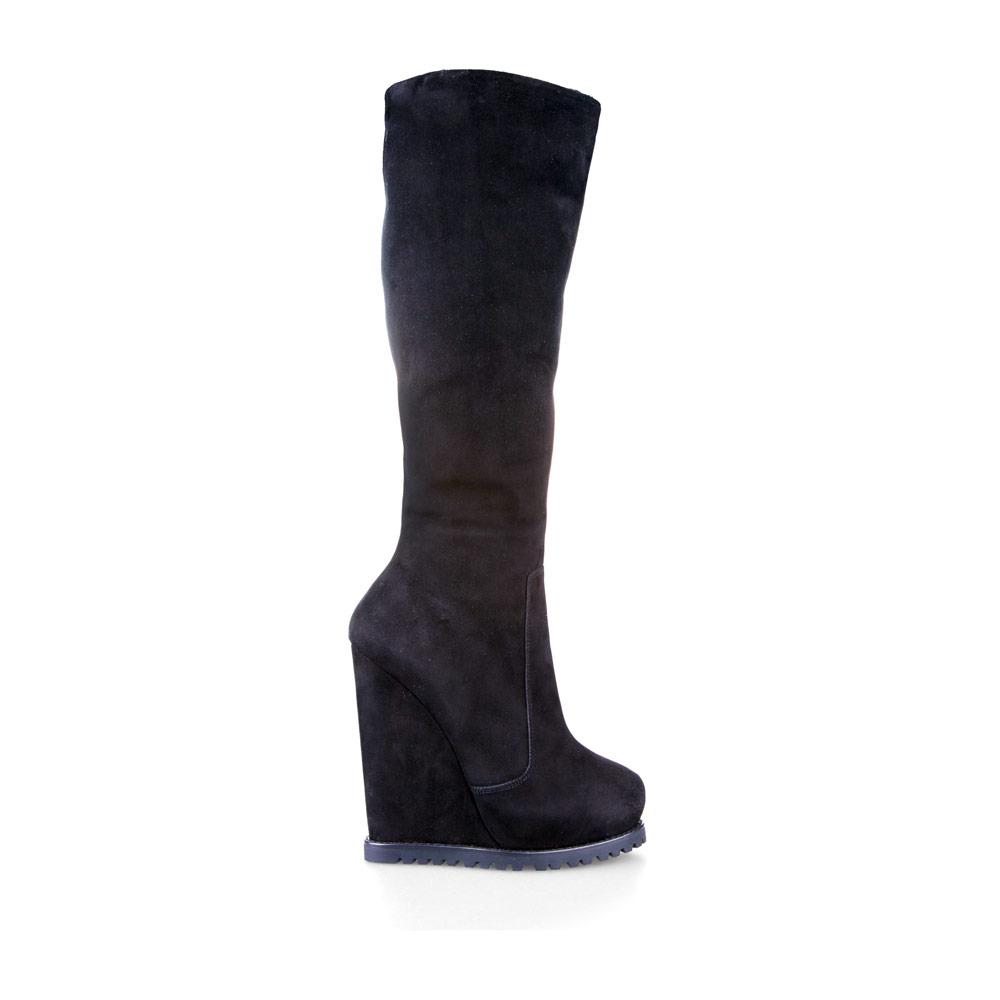 Замшевые сапоги на высокой танкетке черного цвета с мехомСапоги женские<br><br>Материал верха: Замша<br>Материал подкладки: Мех<br>Материал подошвы: Полиуретан<br>Цвет: Черный<br>Высота каблука: 14 см<br>Дизайн: Италия<br>Страна производства: Китай<br><br>Высота каблука: 14 см<br>Материал верха: Замша<br>Материал подкладки: Мех<br>Цвет: Черный<br>Пол: Женский<br>Вес кг: 2.16000000<br>Размер обуви: 36