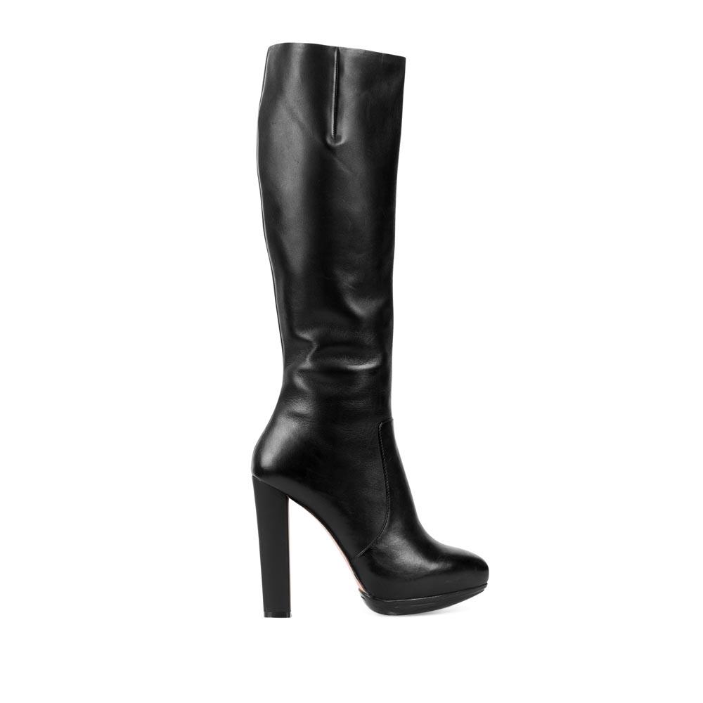 Кожаные сапоги черного цвета на высоком устойчивом каблуке