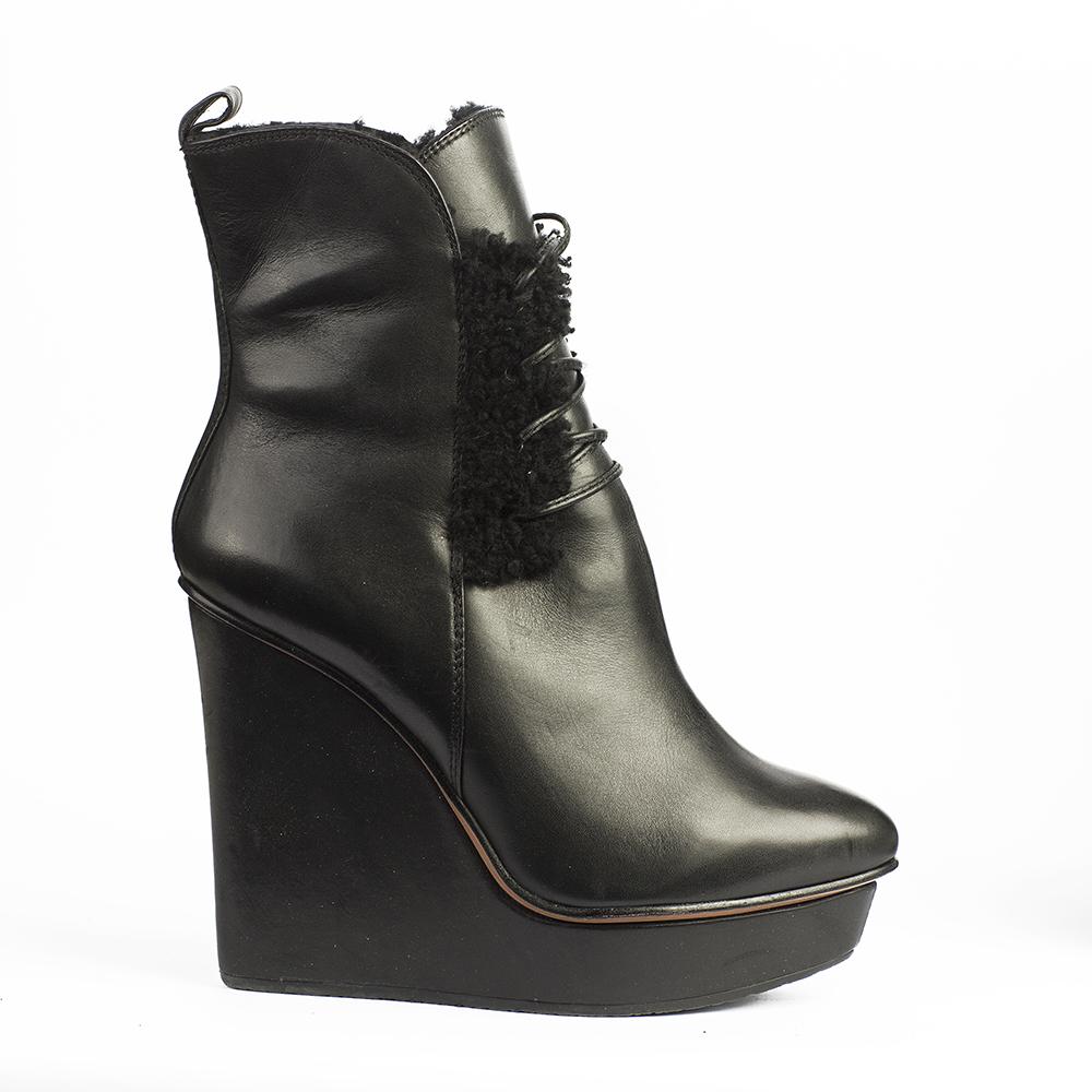 Ботильоны из кожи черного цвета со шнуровкой на высокой танкеткеБотинки женские<br><br>Материал верха: Кожа<br>Материал подкладки: Мех<br>Материал подошвы: Полиуретан<br>Цвет: Черный<br>Высота каблука: 12 см<br>Дизайн: Италия<br>Страна производства: Китай<br><br>Высота каблука: 12 см<br>Материал верха: Кожа<br>Материал подкладки: Мех<br>Цвет: Черный<br>Пол: Женский<br>Вес кг: 1.00000000<br>Размер обуви: 39*