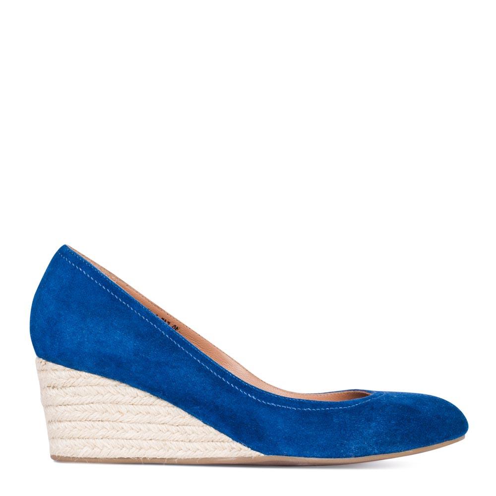 Туфли из замши цвета электрик на джутовой танкеткеТуфли женские<br><br>Материал верха: Замша<br>Материал подкладки: Кожа<br>Материал подошвы: Полиуретан<br>Цвет: Синий<br>Высота каблука: 6 см<br>Дизайн: Италия<br>Страна производства: Китай<br><br>Обратите внимание: модель, представленная в последнем<br>размере, может иметь незначительные изъяны (неглубокие царапины,<br>потертости, легкое выцветание, повреждения упаковки).<br><br>Высота каблука: 6 см<br>Материал верха: Замша<br>Материал подкладки: Кожа<br>Цвет: Синий<br>Пол: Женский<br>Вес кг: 1.00000000<br>Выберите размер обуви: 36**