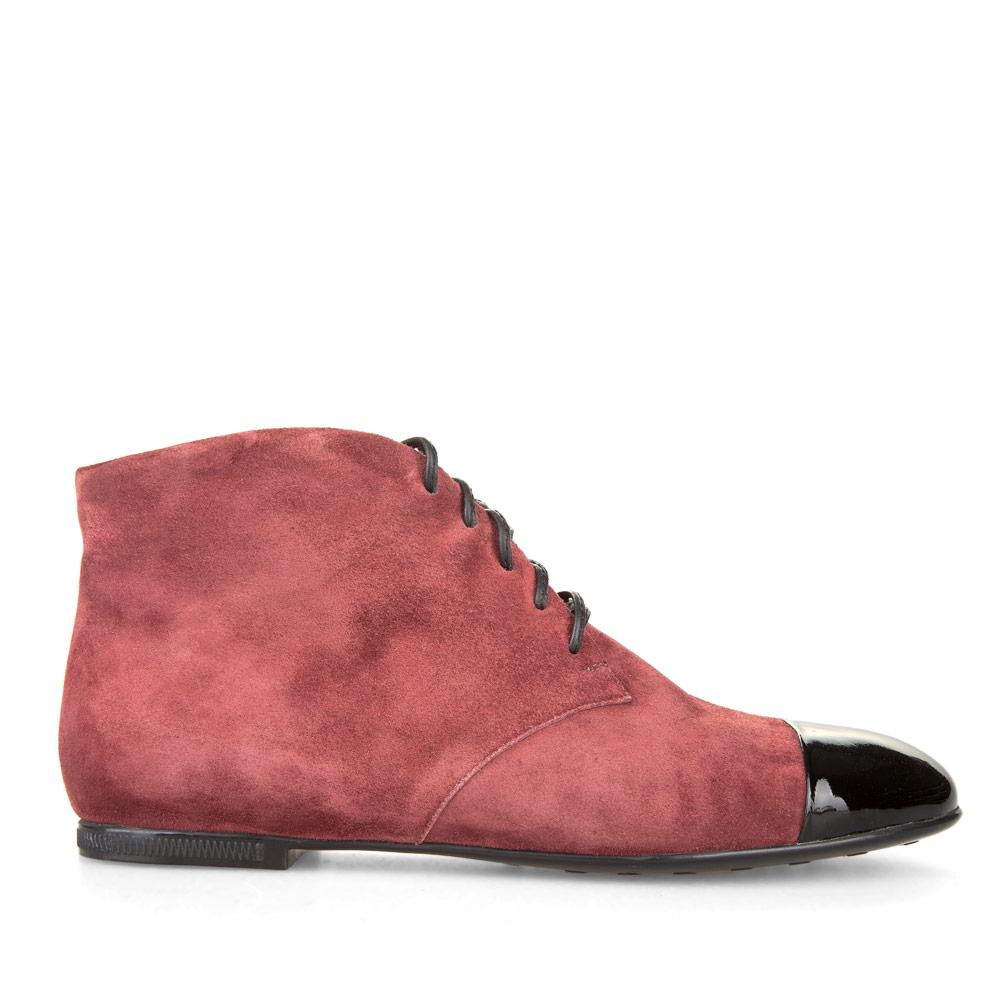Ботинки-чукка из замши светло-вишневого цвета с вставкой из лакированной кожи