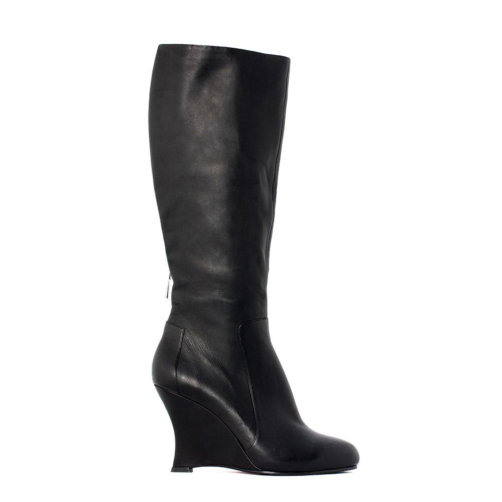 Сапоги черного цвета на танкетке из кожиСапоги женские<br><br>Материал верха: Кожа<br>Материал подкладки: Кожа<br>Материал подошвы: Резина<br>Цвет: Черный<br>Высота каблука: 10 см<br>Дизайн: Италия<br>Страна производства: Китай<br><br>Высота каблука: 10 см<br>Материал верха: Кожа<br>Материал подкладки: Кожа<br>Цвет: Черный<br>Пол: Женский<br>Вес кг: 0.55000000<br>Размер обуви: 39