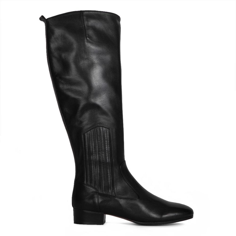 Сапоги черного цвета из кожи на низком каблуке