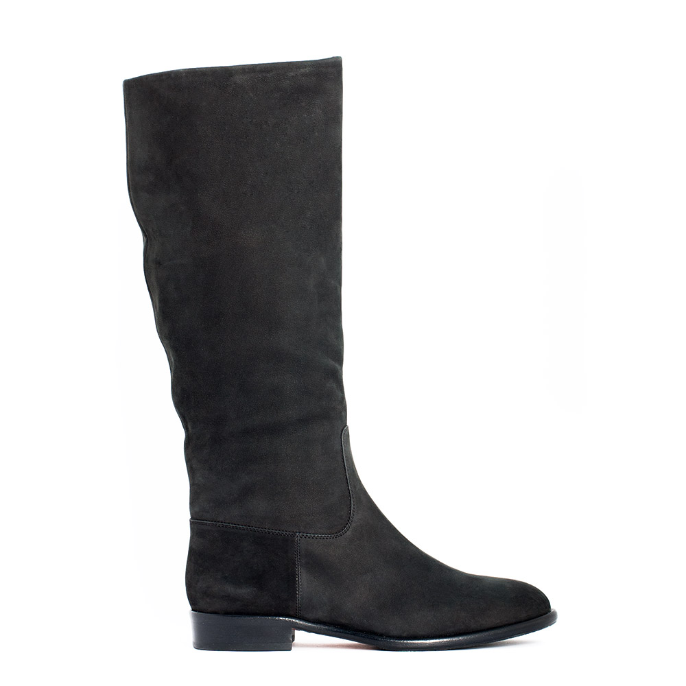 Сапоги из нубука черного цвета с мехом на низком каблуке