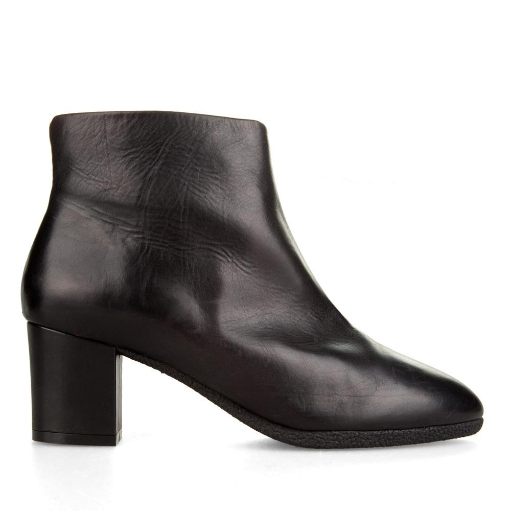 Ботинки из кожи черного цвета на среднем каблукеБотинки женские<br><br>Материал верха: Кожа<br>Материал подкладки: Кожа<br>Материал подошвы: Полиуретан<br>Цвет: Черный<br>Высота каблука: 6 см<br>Дизайн: Италия<br>Страна производства: Китай<br><br>Высота каблука: 6 см<br>Материал верха: Кожа<br>Материал подкладки: Кожа<br>Цвет: Черный<br>Пол: Женский<br>Вес кг: 1.44000000<br>Размер обуви: 36