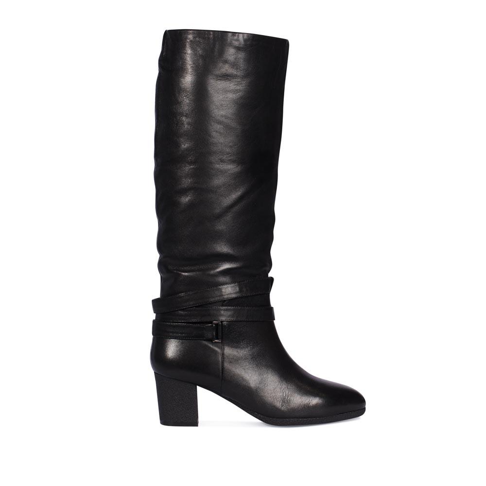 Кожаные сапоги черного цвета на среднем каблуке с ремешкомСапоги женские<br><br>Материал верха: Кожа<br>Материал подкладки: Мех<br>Материал подошвы: Полиуретан<br>Цвет: Черный<br>Высота каблука: 6 см<br>Дизайн: Италия<br>Страна производства: Китай<br><br>Высота каблука: 6 см<br>Материал верха: Кожа<br>Материал подкладки: Мех<br>Цвет: Черный<br>Пол: Женский<br>Вес кг: 2.08000000<br>Размер: 36.5