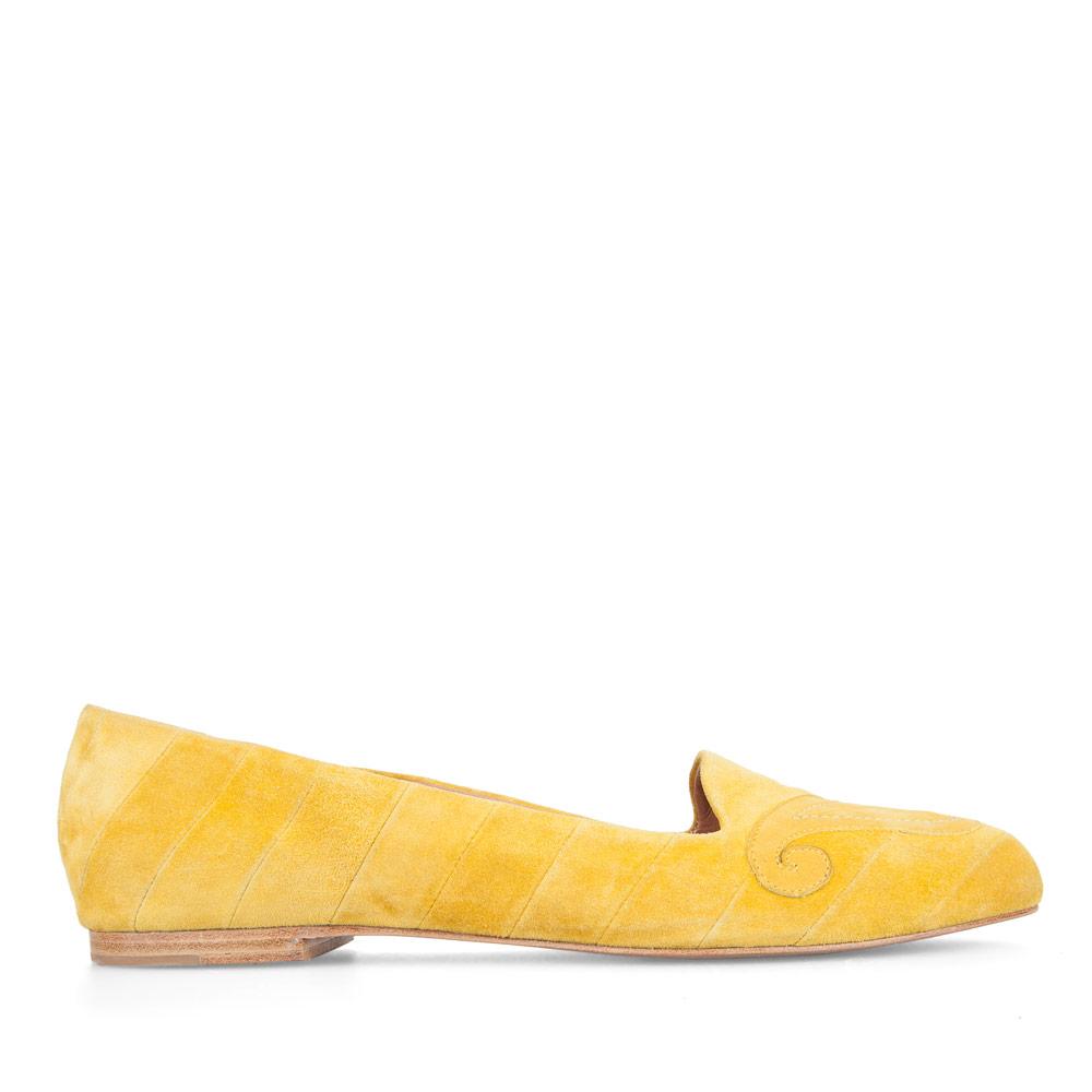 Слиперы из замши желтого цвета с кожаной аппликацией