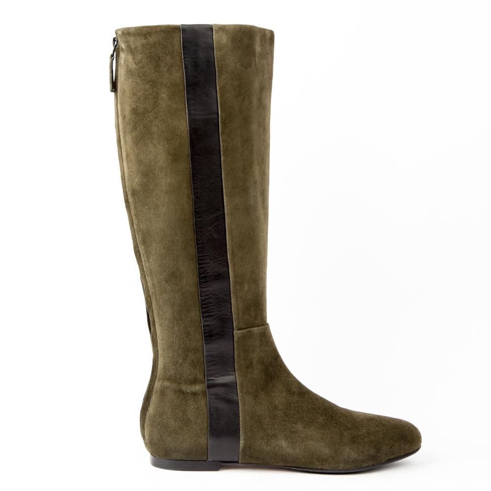 Сапоги из замши цвета хаки без каблукаСапоги<br><br>Материал верха: Замша<br>Материал подкладки: Кожа<br>Материал подошвы: Кожа<br>Цвет: Зеленый<br>Высота каблука: 1 см<br>Дизайн: Италия<br>Страна производства: Китай<br><br>Высота каблука: 1 см<br>Материал верха: Замша<br>Материал подошвы: Кожа<br>Материал подкладки: Кожа<br>Цвет: Зеленый<br>Пол: Женский<br>Вес кг: 1560.00000000<br>Размер обуви: 38**