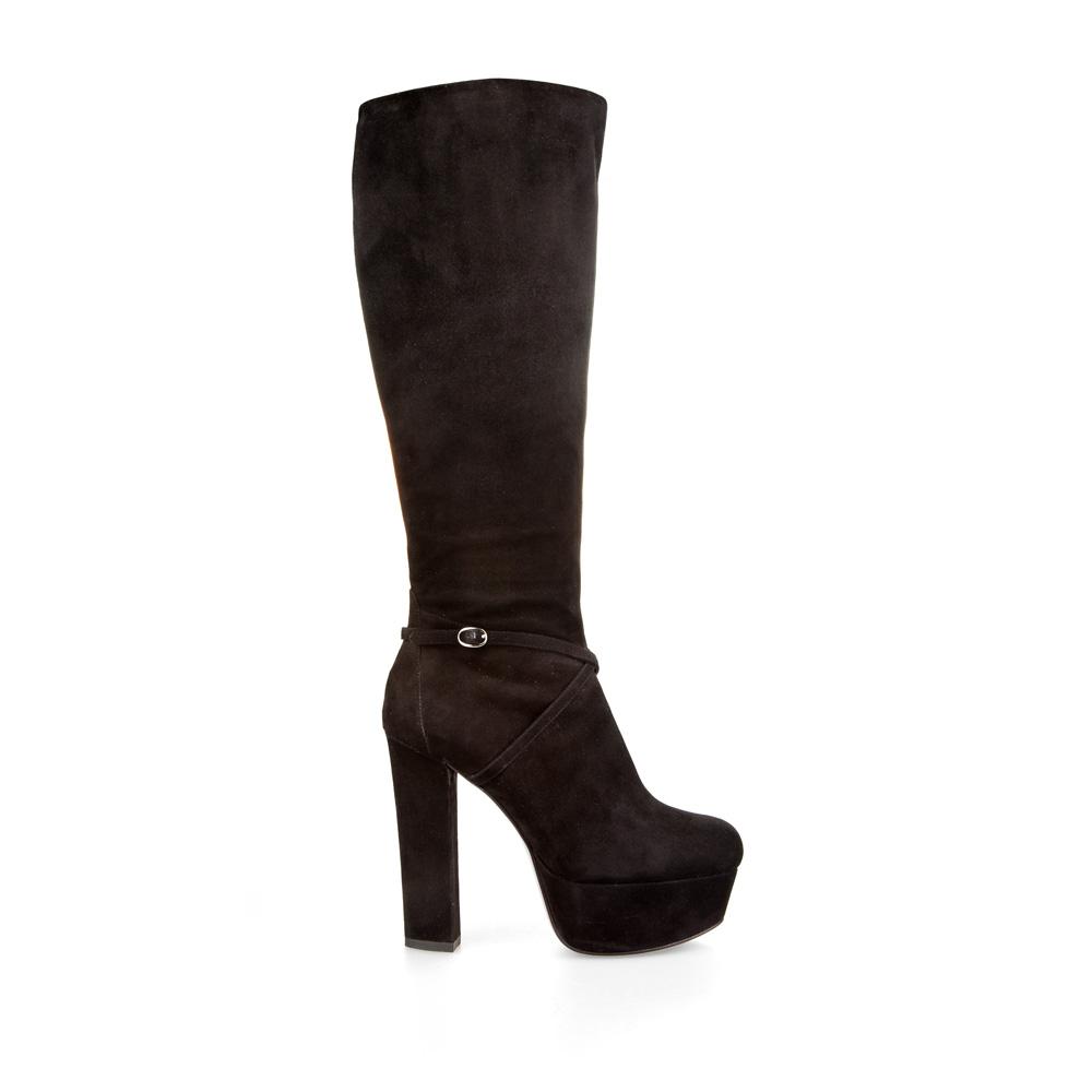 Замшевые сапоги черного цвета с мехом на высоком каблуке и платформеСапоги женские<br><br>Материал верха: Замша<br>Материал подкладки: Евромех<br>Материал подошвы: Кожа<br>Цвет: Черный<br>Высота каблука: 13 см<br>Дизайн: Италия<br>Страна производства: Китай<br><br>Высота каблука: 13 см<br>Материал верха: Замша<br>Материал подкладки: Евромех<br>Цвет: Черный<br>Пол: Женский<br>Вес кг: 2.10000000<br>Размер обуви: 37.5**
