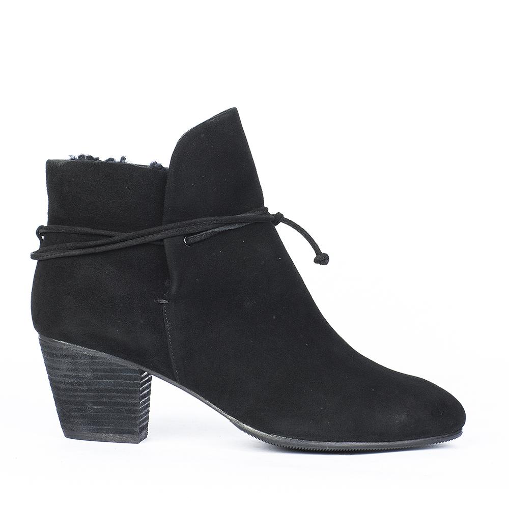 Ботинки из замши черного цвета на среднем скошенном каблукеБотинки женские<br><br>Материал верха: Замша<br>Материал подкладки: Мех<br>Материал подошвы: Кожа + Резина<br>Цвет: Черный<br>Высота каблука: 6 см<br>Дизайн: Италия<br>Страна производства: Китай<br><br>Высота каблука: 6 см<br>Материал верха: Замша<br>Материал подкладки: Мех<br>Цвет: Черный<br>Пол: Женский<br>Вес кг: 1.38000000<br>Выберите размер обуви: 36**