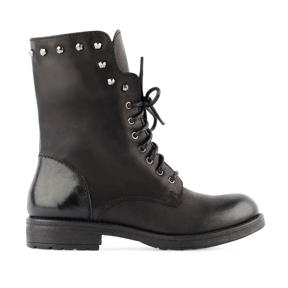 Ботинки из кожи черного цвета с заклепками на шнуровкеБотинки<br><br>Материал верха: Кожа<br>Материал подкладки: Кожа<br>Материал подошвы: Полиуретан<br>Цвет: Черный<br>Высота каблука: 2 см<br>Дизайн: Италия<br>Страна производства: Индия<br><br>Высота каблука: 2 см<br>Материал верха: Кожа<br>Материал подкладки: Кожа<br>Цвет: Черный<br>Пол: Женский<br>Размер: 38