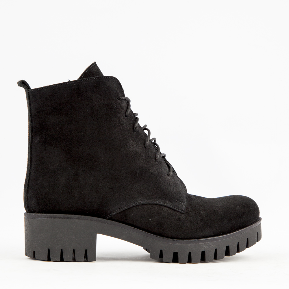 Ботинки из замши на протекторной подошве черного цвета