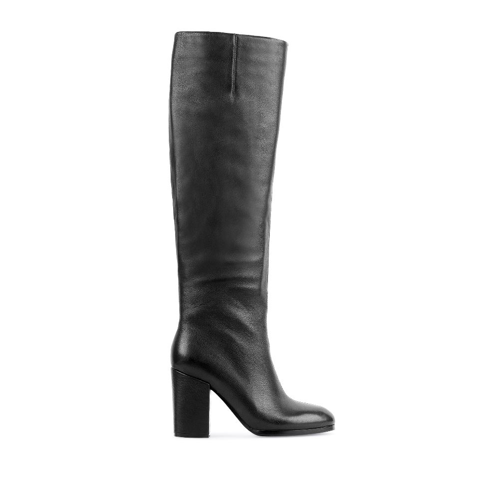 Сапоги из кожи черного цвета на высоком устойчивом каблукеСапоги<br><br>Материал верха: Кожа<br>Материал подкладки: Кожа<br>Материал подошвы: Кожа<br>Цвет: Черный<br>Высота каблука: 10 см<br>Дизайн: Италия<br>Страна производства: Китай<br><br>Высота каблука: 10 см<br>Материал верха: Кожа<br>Материал подкладки: Кожа<br>Цвет: Черный<br>Пол: Женский<br>Размер обуви: 40