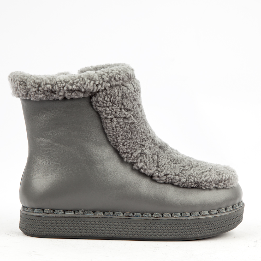 Ботинки из кожи и меха серого цвета